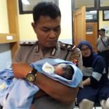 Bayi Laki – Laki Ditemukan Dalam Kardus Di Dekat Sungai Citarum