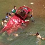 Diduga Akibat Kehilangan Kendali Satu Unit Mobil Avanza Masuk Sungai