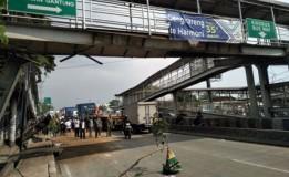 Kembali Dihantam Truk, Kondisi JPO Jembatan Gantung Miring
