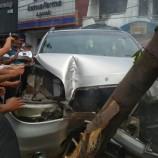 Sopir Ngntuk, Mobil Oleng Hingga Tabrak Pohon di Surabaya