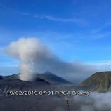 Asap Hitam Di Keluarkan Gunung Bromo